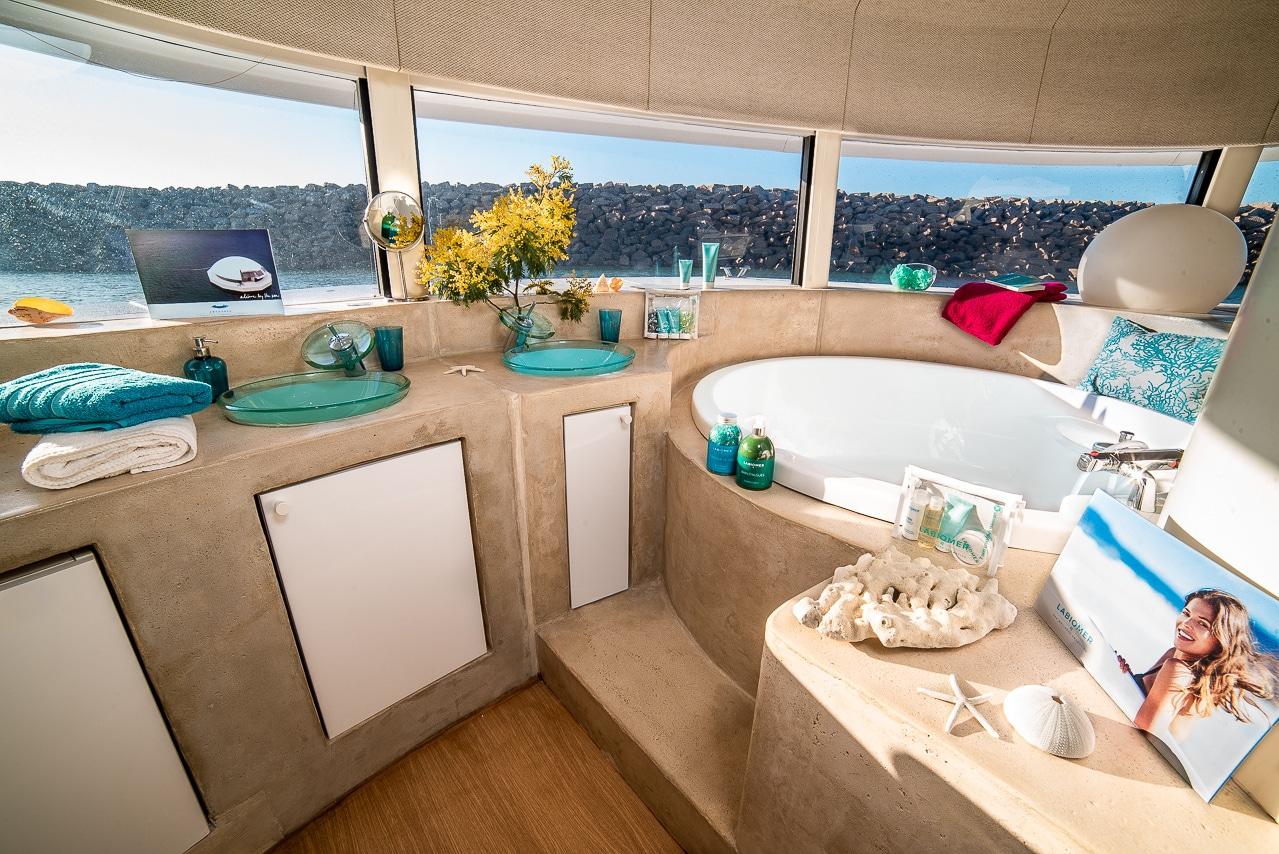 Magnifique salle de bain de l'Anthénea avec  vue sur la mer