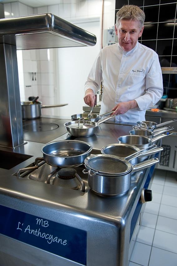 Portrait du chef Marc Briand dans sa cuisine