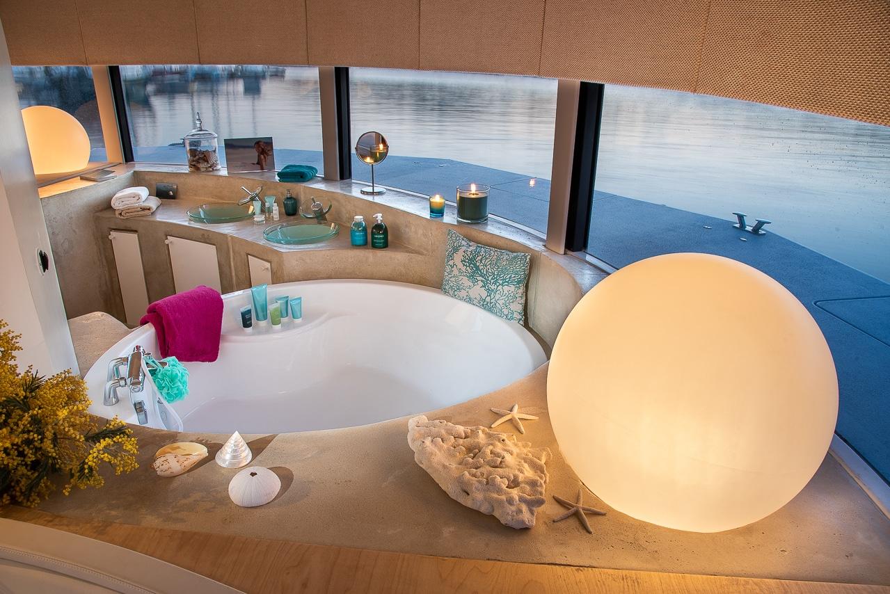 Salle de bain avec vue sur mer