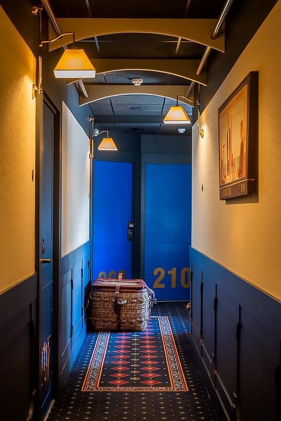 Les couloirs bleus de l'hôtel
