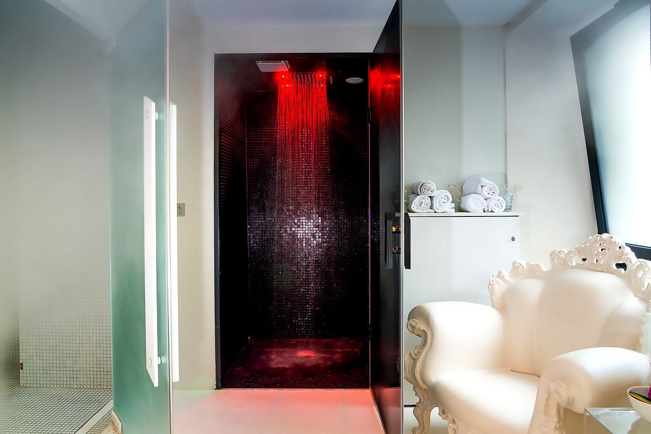 Vue sur salle de bain et chambre