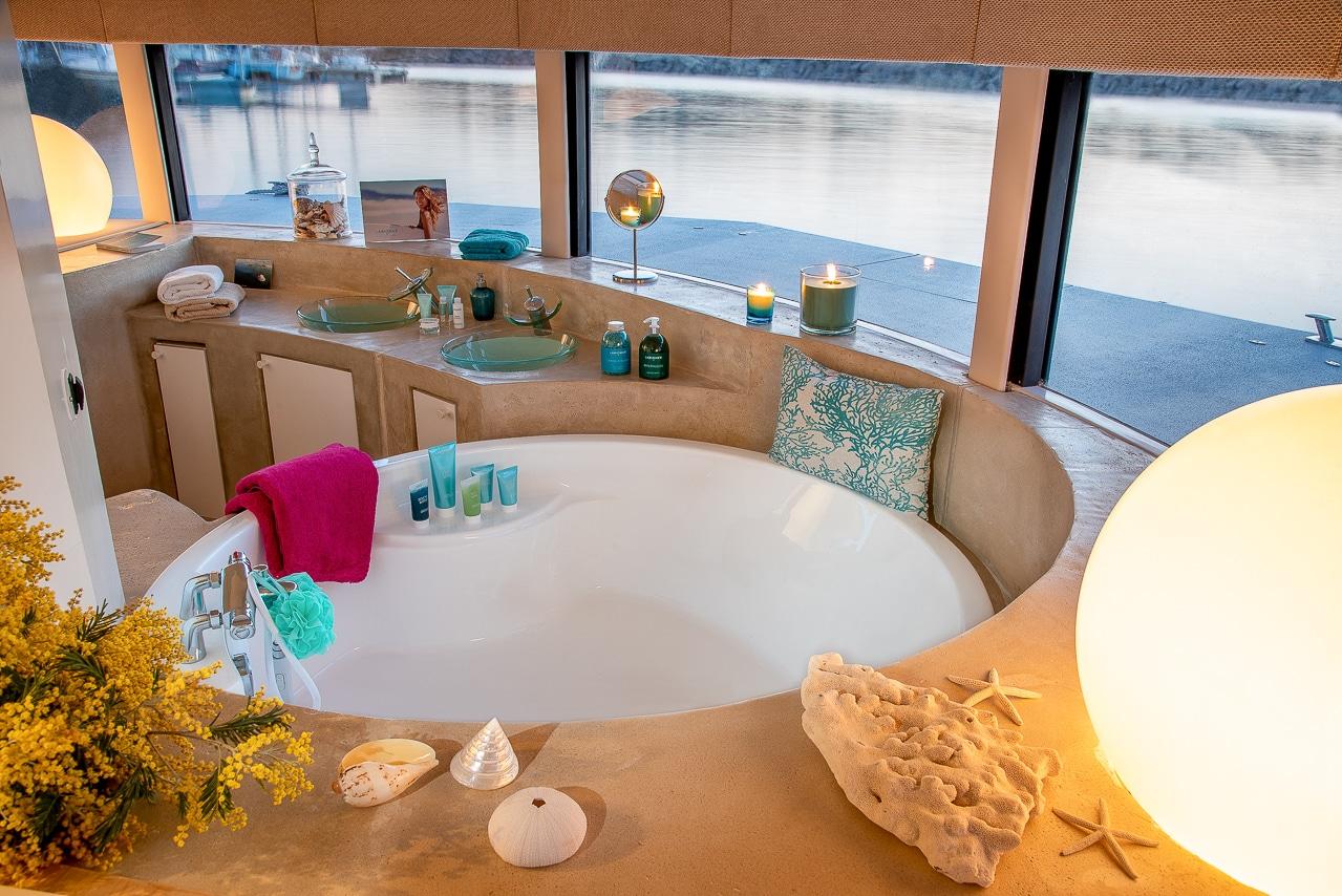 Salle de bain avec baignoire de l'Anthénea