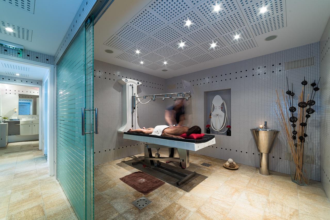 Intérieur d'une cabine de soins du spa Nuxe