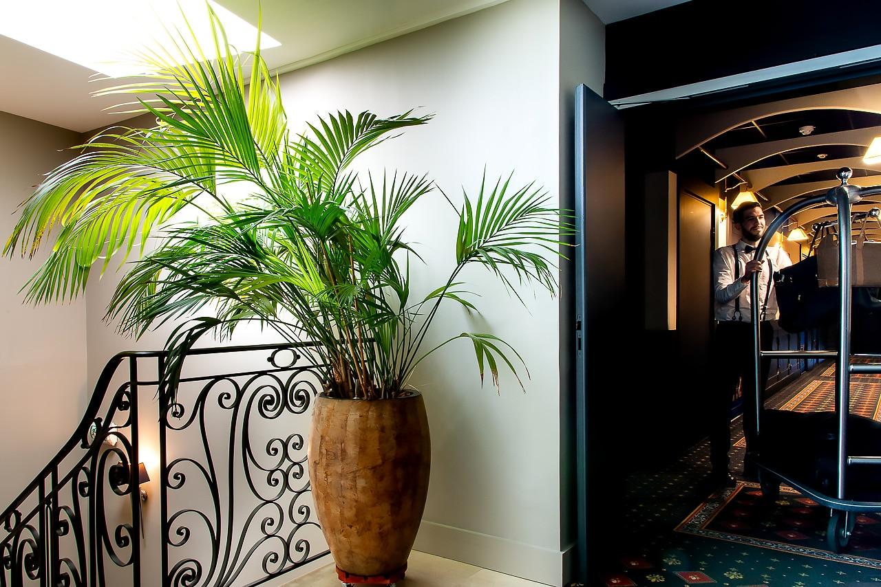 Les couloirs et l'escalier de l'hôtel