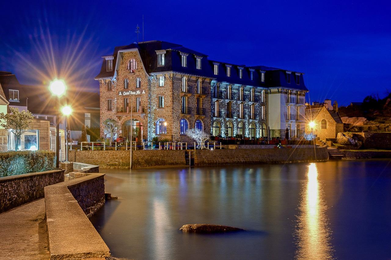 Hôtel Castel Beau Site vu du port de  Ploumanac'h