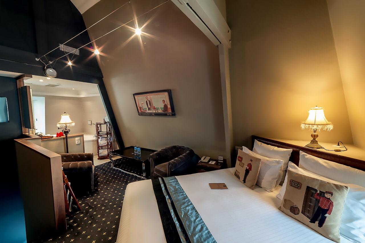 Grande chambre avec baignoire d'angle