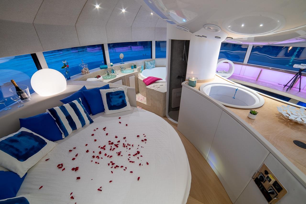 Chambre et salle de bain à l'intérieur de  l'Anthénea