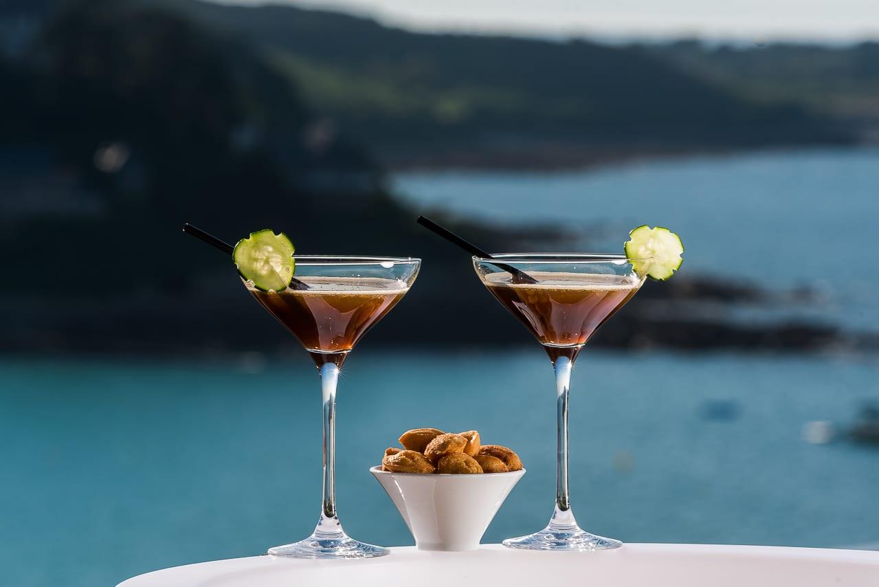 Deux cocktails et amuse-bouches sur table  face à la mer
