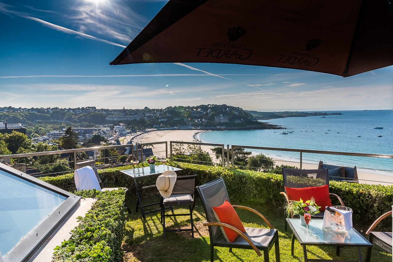 Terrasse de l'Agapa avec vue sur Perros- Guirec et la plage