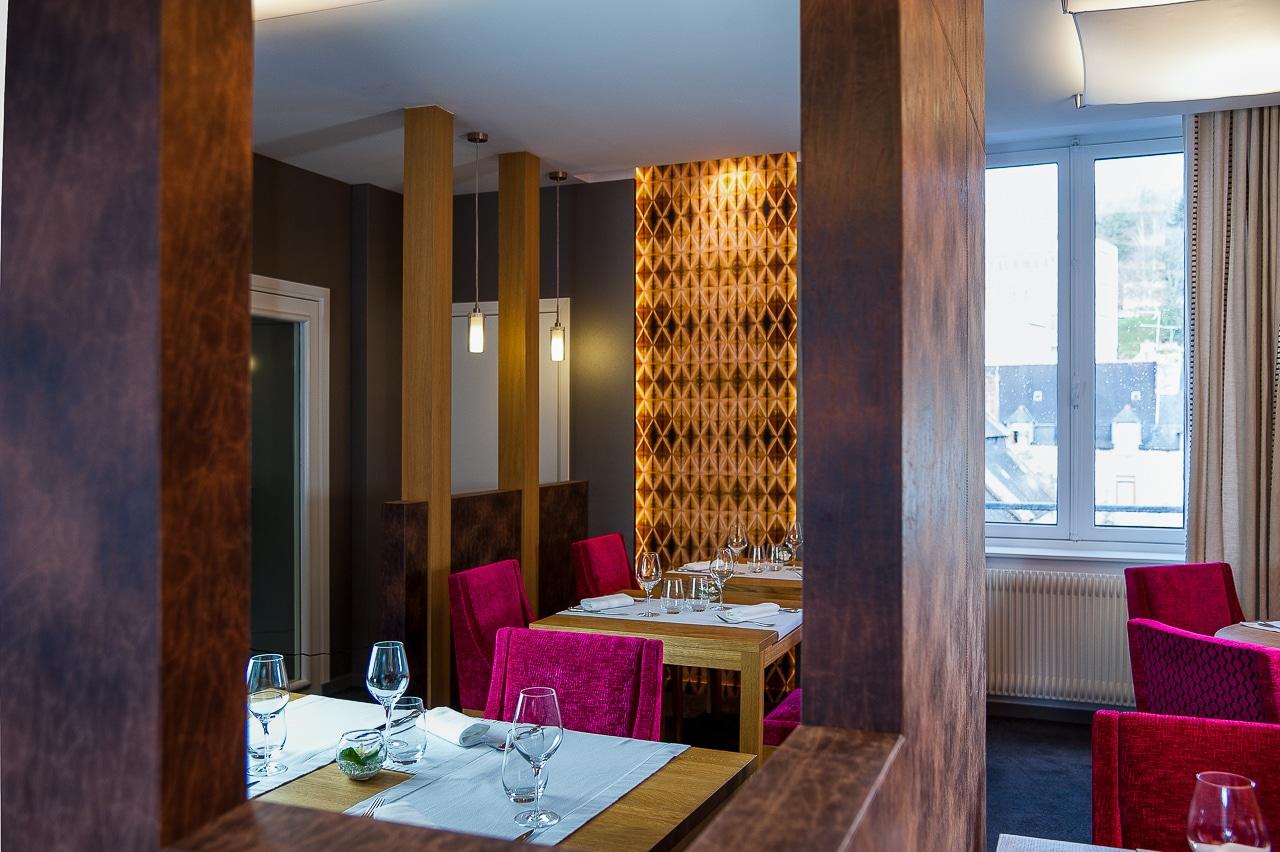 Salle avec les tables du restaurant