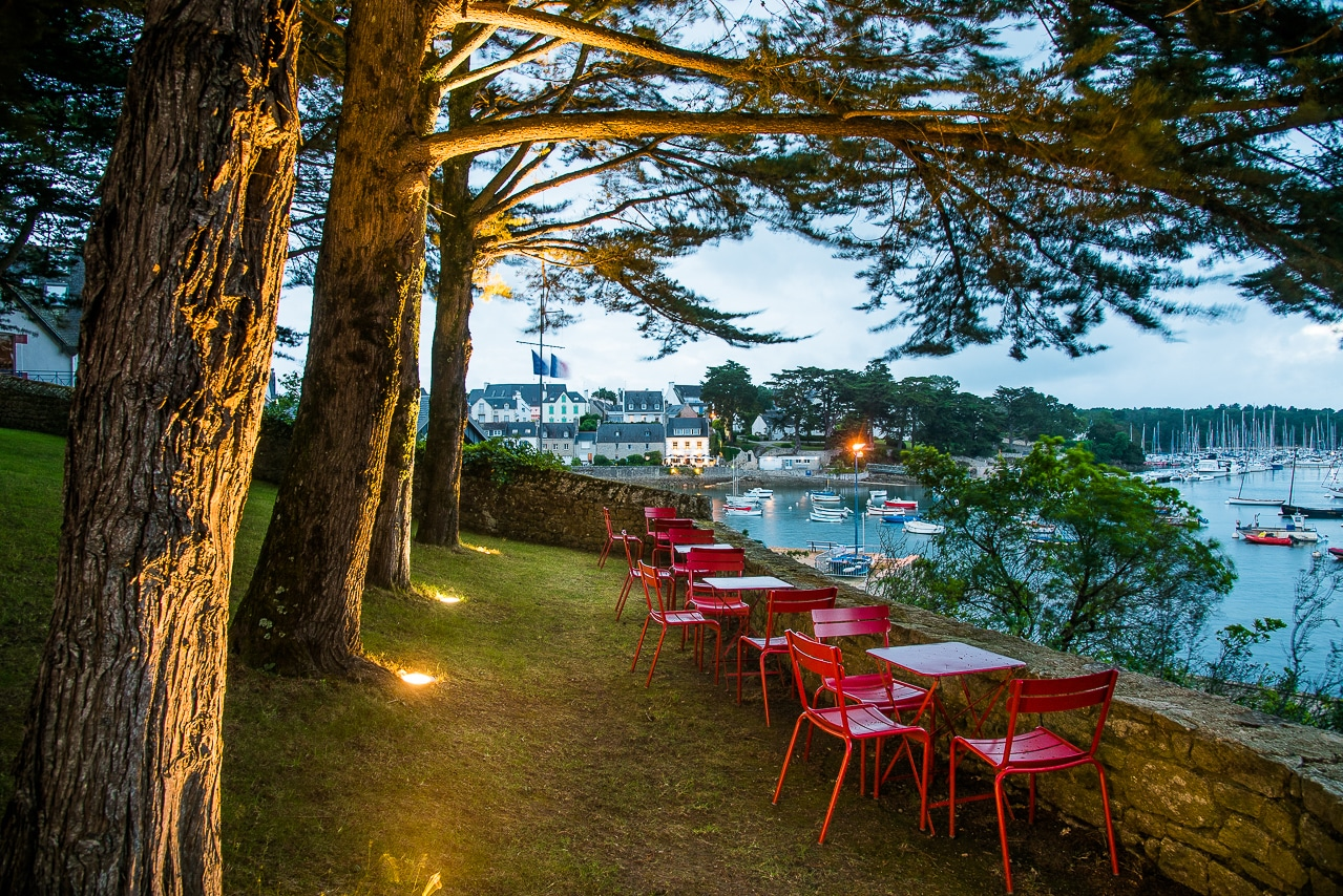 Le jardin de la Villa Tri Men et vue sur le port