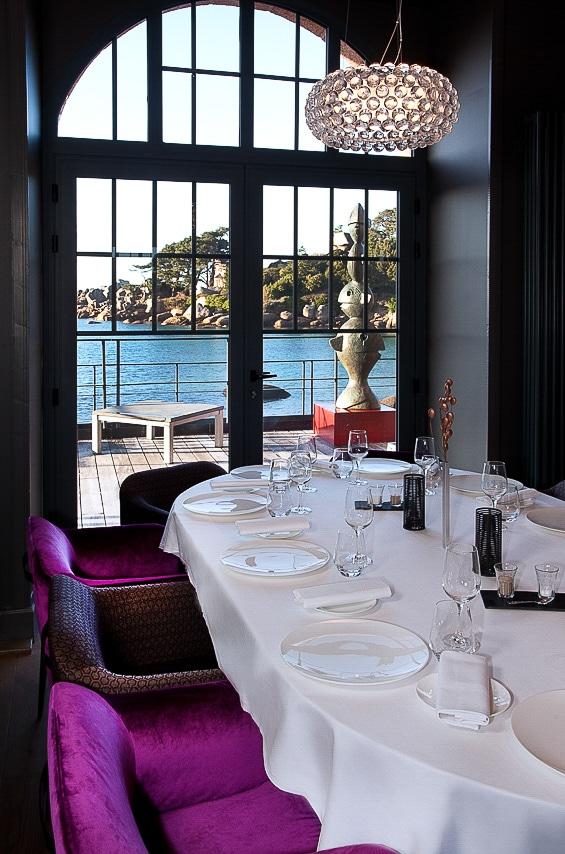 Grande table avec une magnifique vue sur la mer