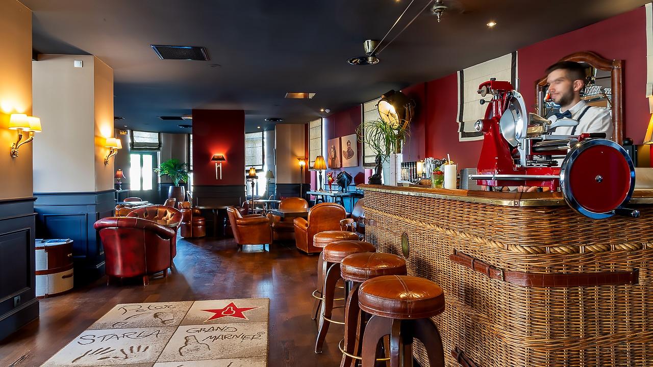 Bar de l'hôtel avec sièges et tables