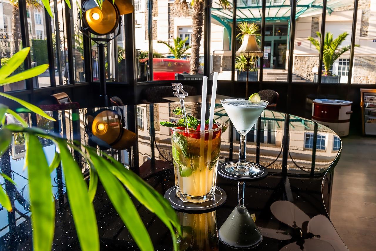Deux cocktails dans le bar de l'hôtel