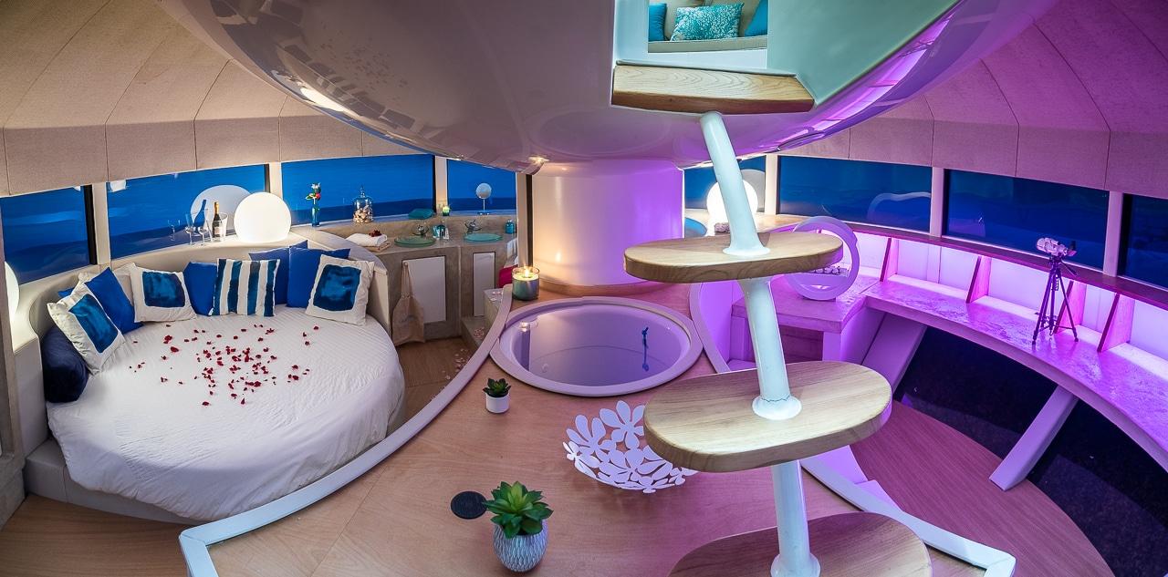 Vue panoramique sur chambre et salle de bain avec escalier dans l'Anthénea