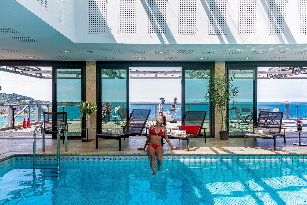 Femme se baignant dans la piscine de l'hôtel  Agapa