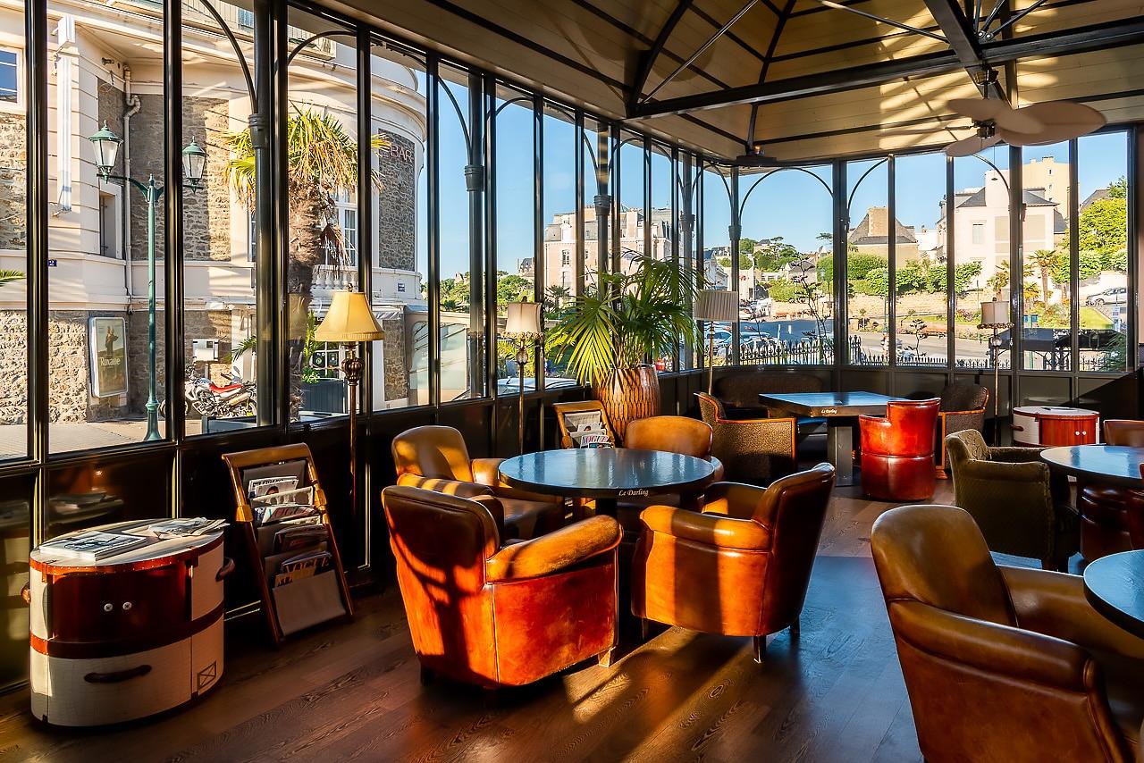 Intérieur de l'hôtel avec la magnifique vue sur le centre de Dinard