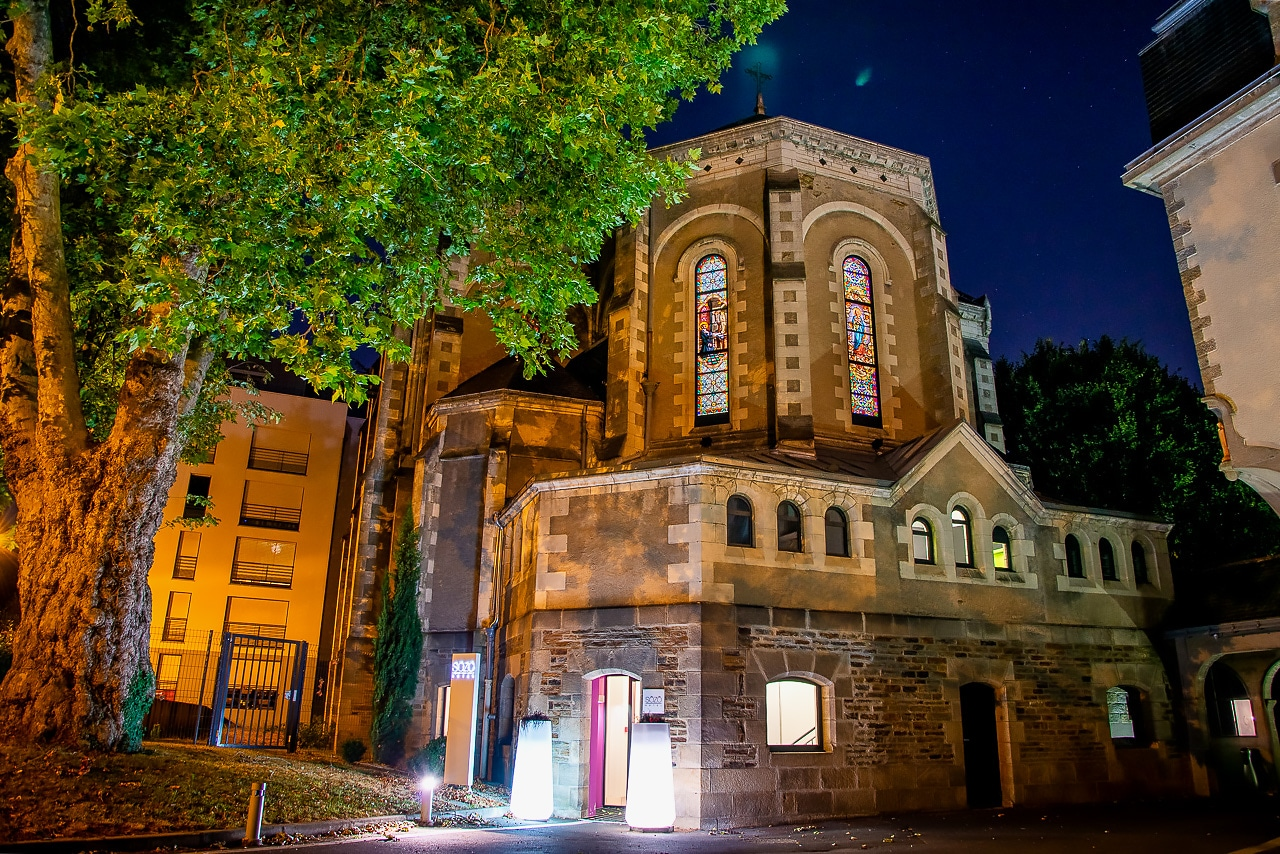 L'hôtel Sozo illuminé de nuit