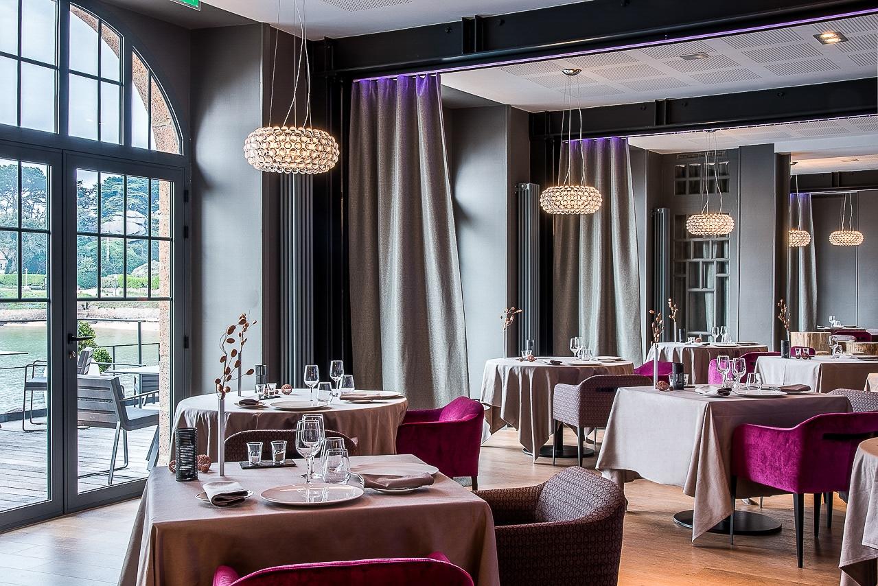 Salle du restaurant dans l'hôtel Castel Beau Site - la table de mon père