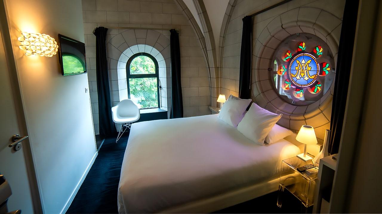 Magnifique chambre avec vitrail au dessus du lit