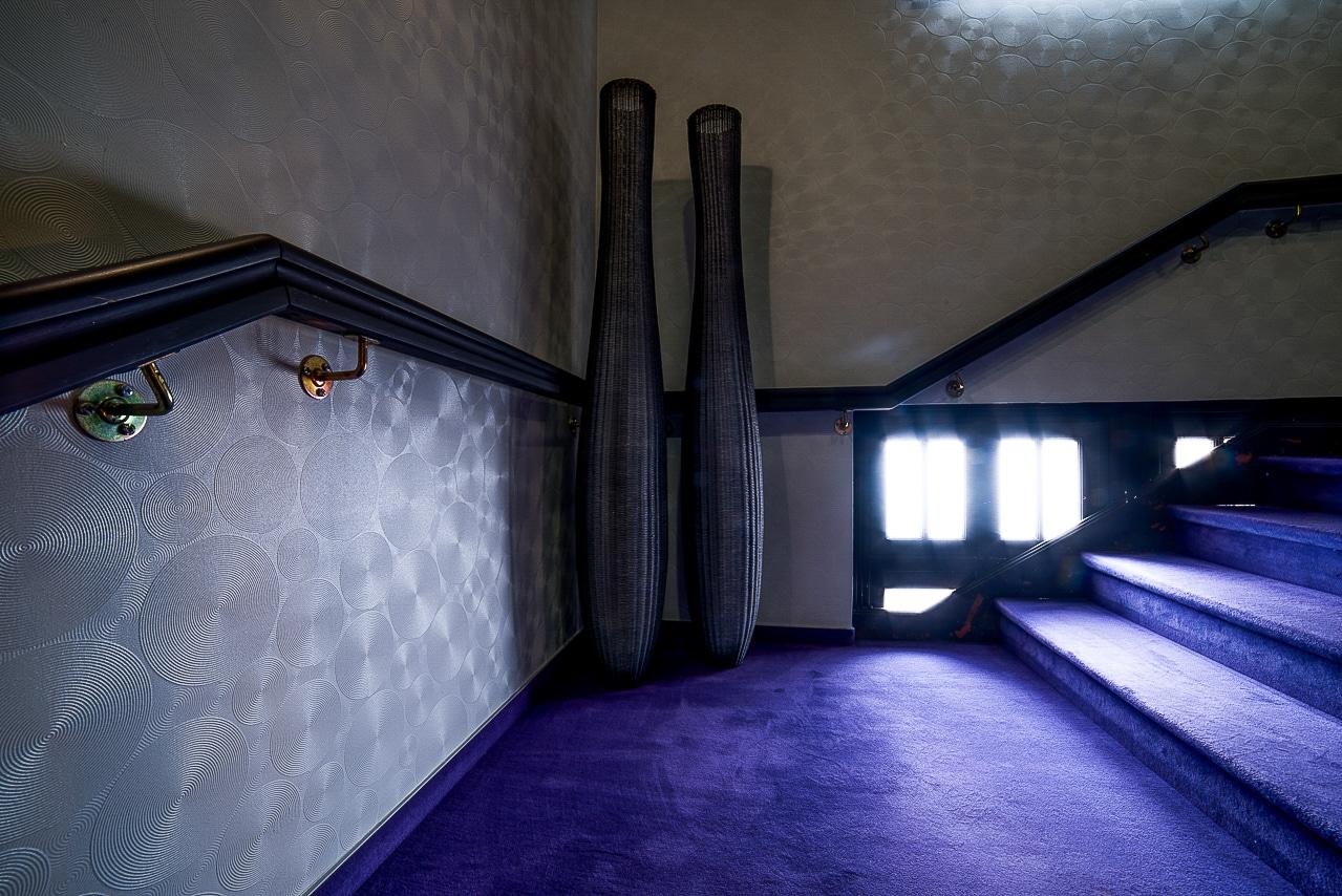 Escalier avec tapis bleu de l'hôtel