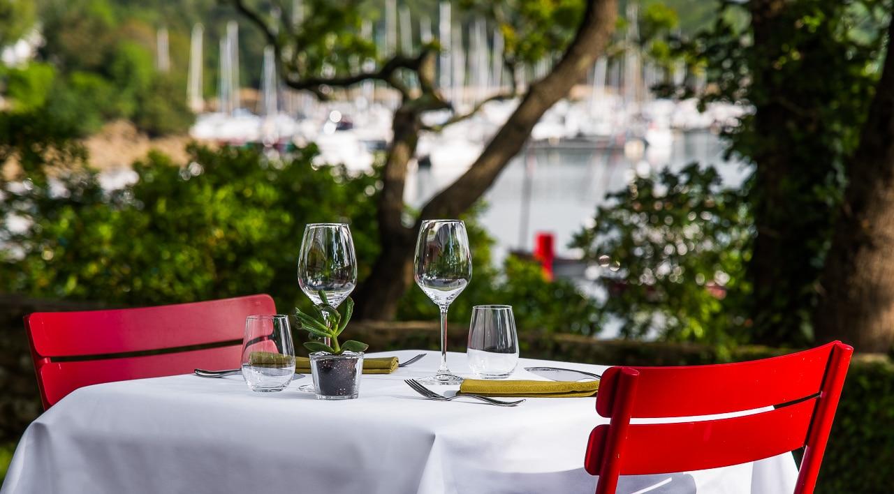 Table pour deux personnes dans le jardin de la  Villa Tri Men