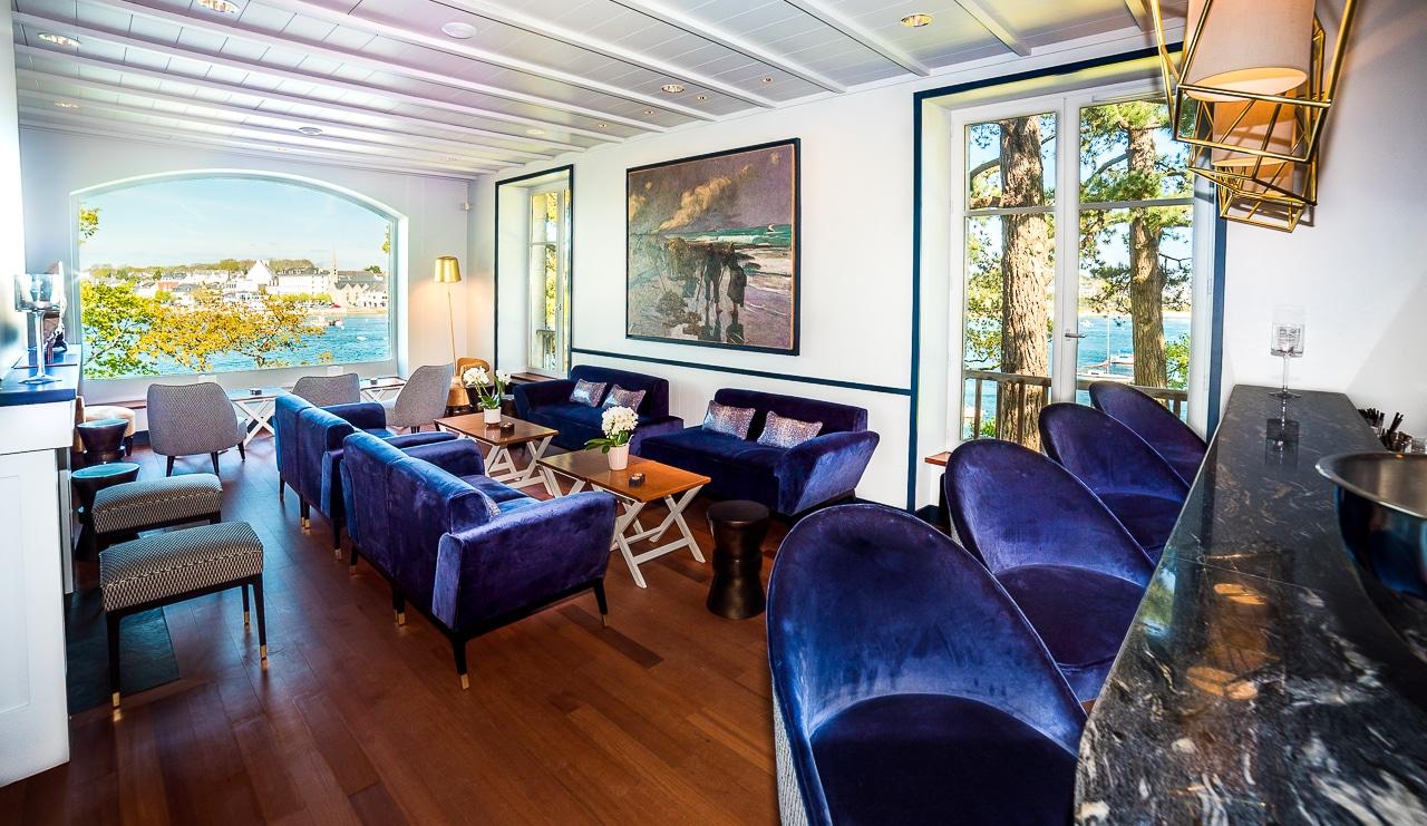 Salon et bar de la Villa Tri Men avec vue sur  mer