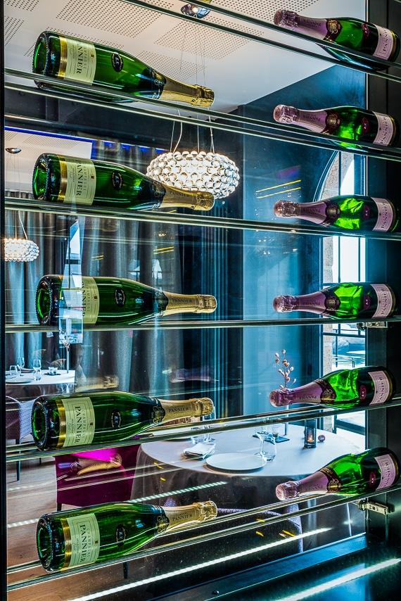 Vitrine avec bouteilles de Champagne