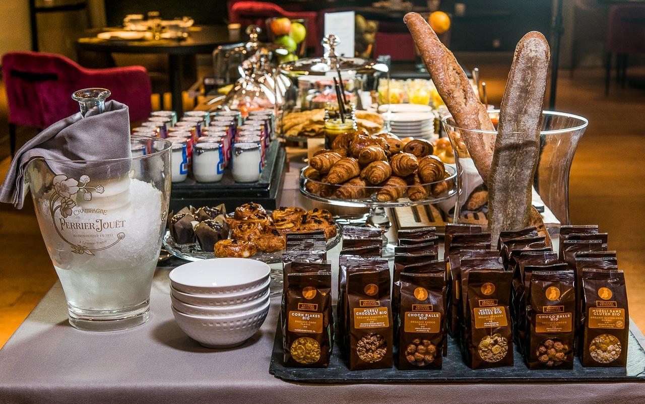 Grande table avec viennoiseries et produits frais pour le petit-déjeuner de l'hôtel