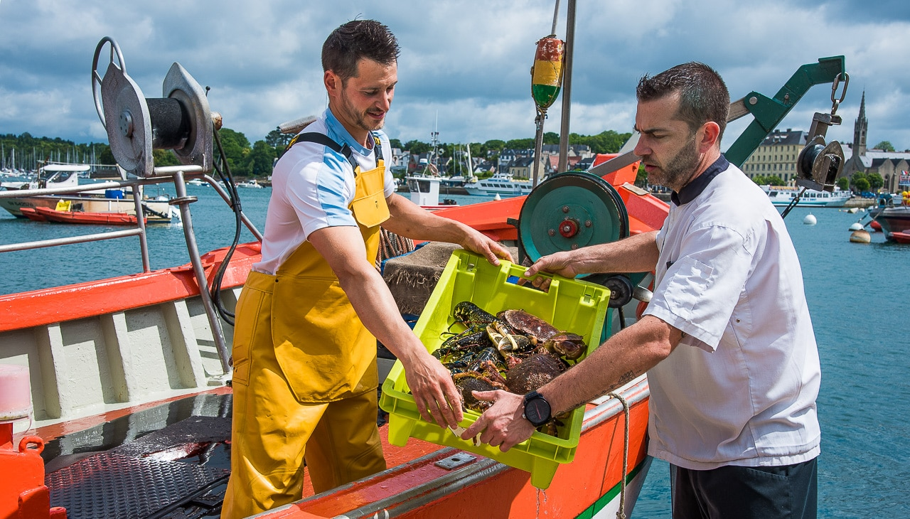 Pêcheur vendant ses fruits de mer à un chef