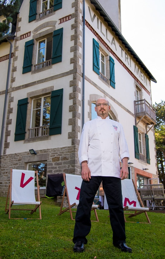 Le chef devant le Villa Tri Men