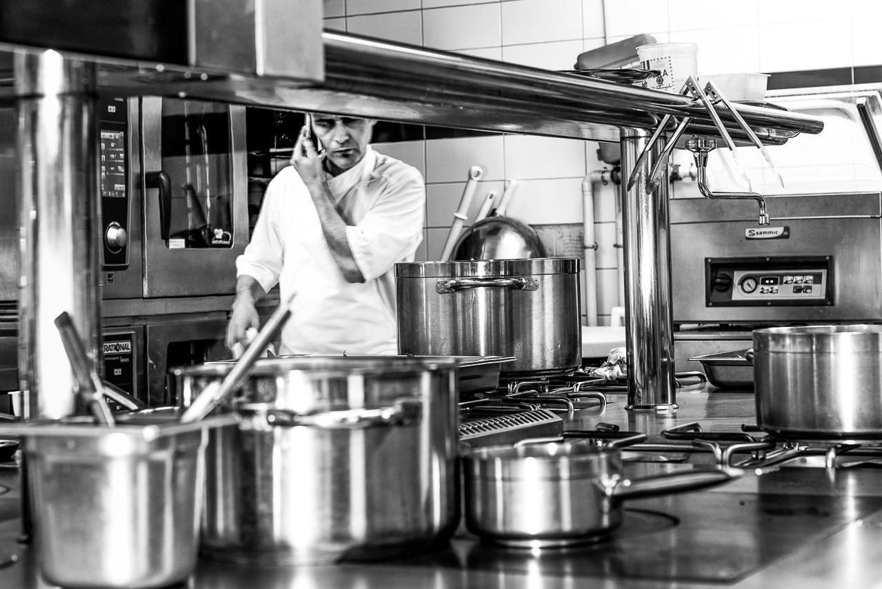 Portrait en noir et blanc du chef dans sa cuisine