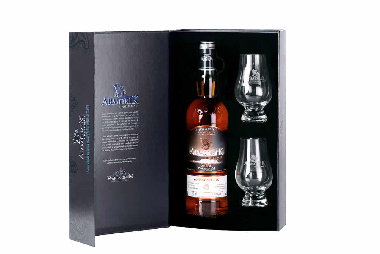 Coffret avec bouteille de whisky breton Armorik et deux verres