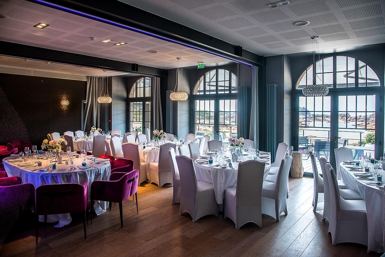 Salle de restaurant avec grandes tables